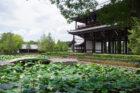 東福寺の三門と池の蓮