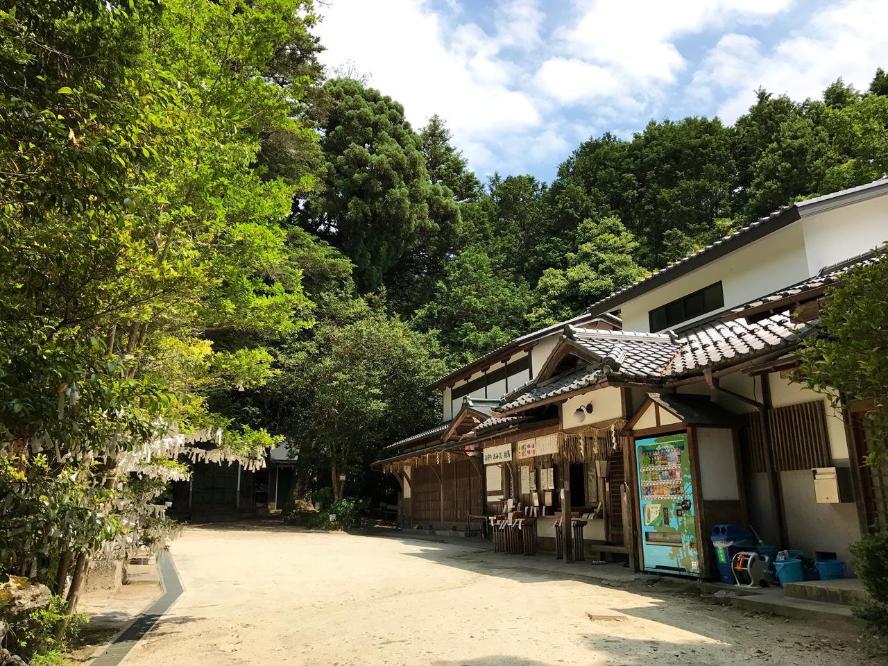 八大神社の境内