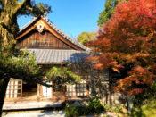 金福寺の建物と紅葉