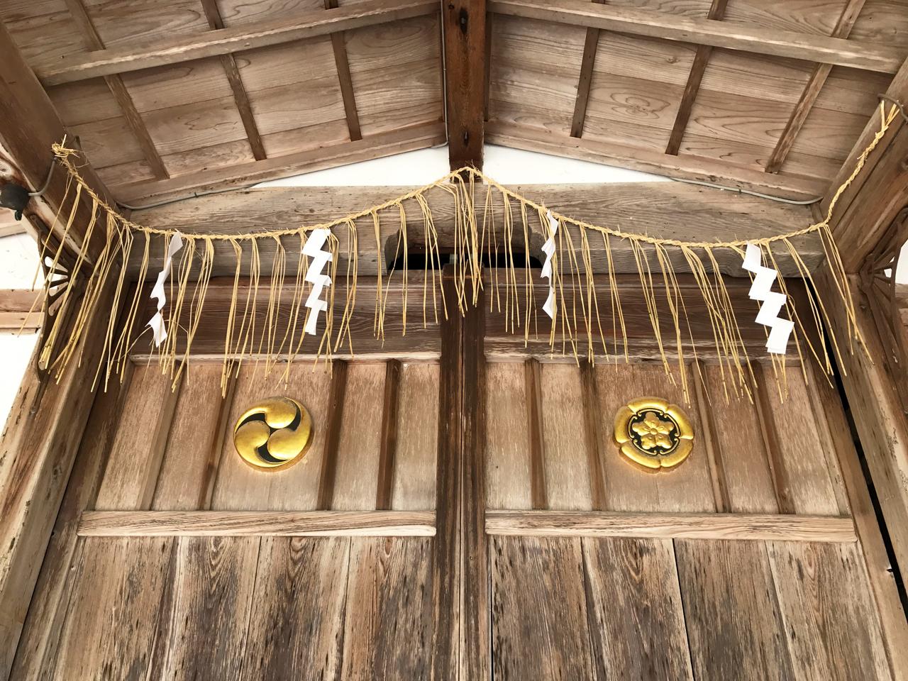 八大神社の扉としめ縄
