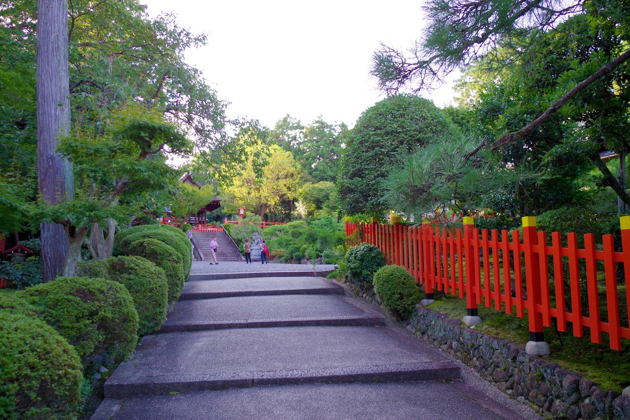建勲神社の境内(中層)