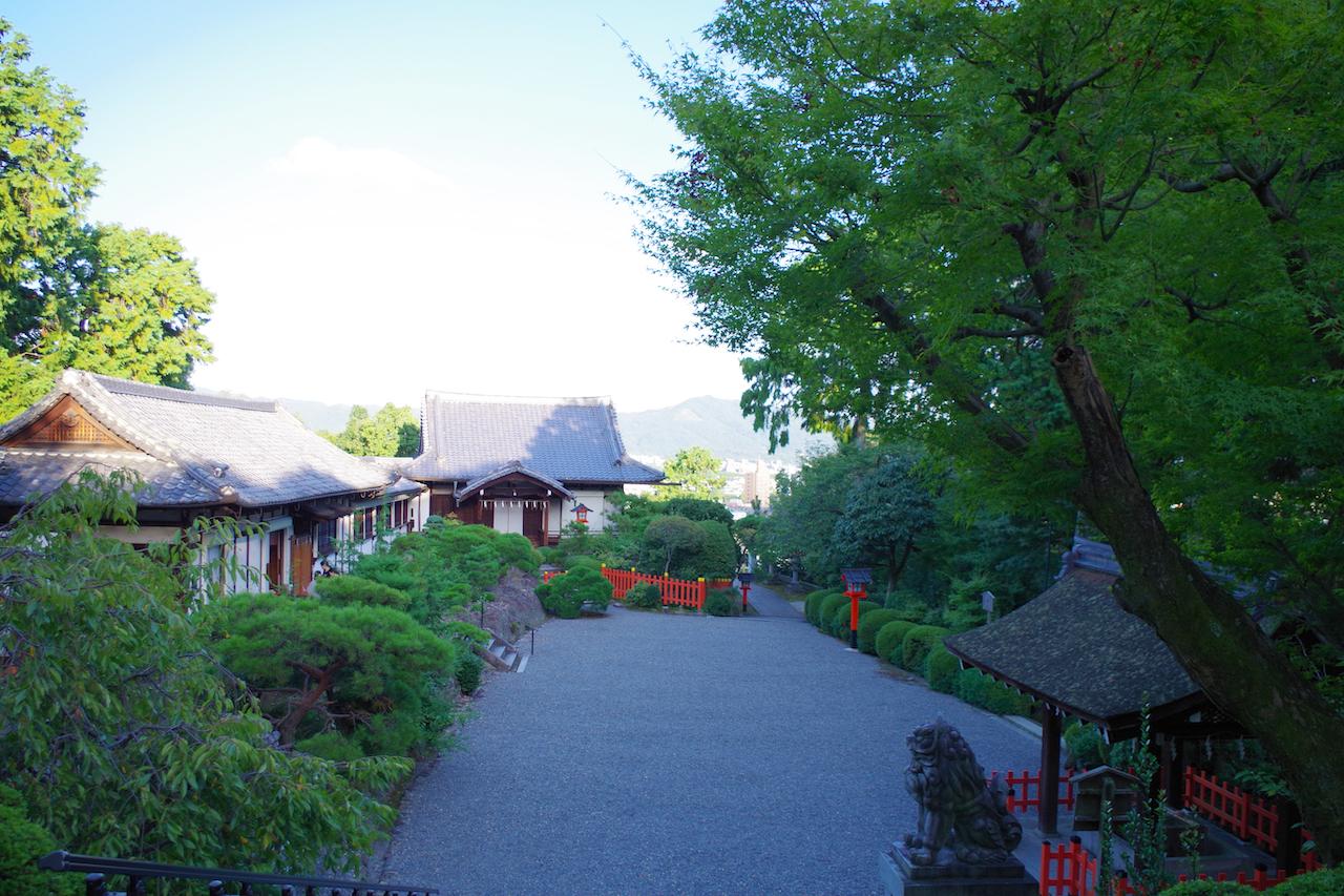 建勲神社の境内(上層)
